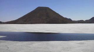 湖の氷がとけ始めました。
